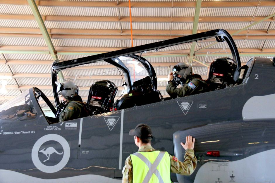 A trainee fighter pilot and instructor in a RAAF Hawk fighter jet at RAAF Base Darwin. ABC News: James Purtill